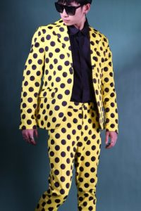 Мужской жёлтый костюм в горошек