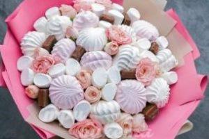 Букет из зефира, конфет и цветов