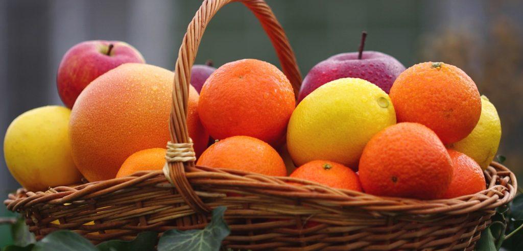 Новогодняя корзина с фруктами