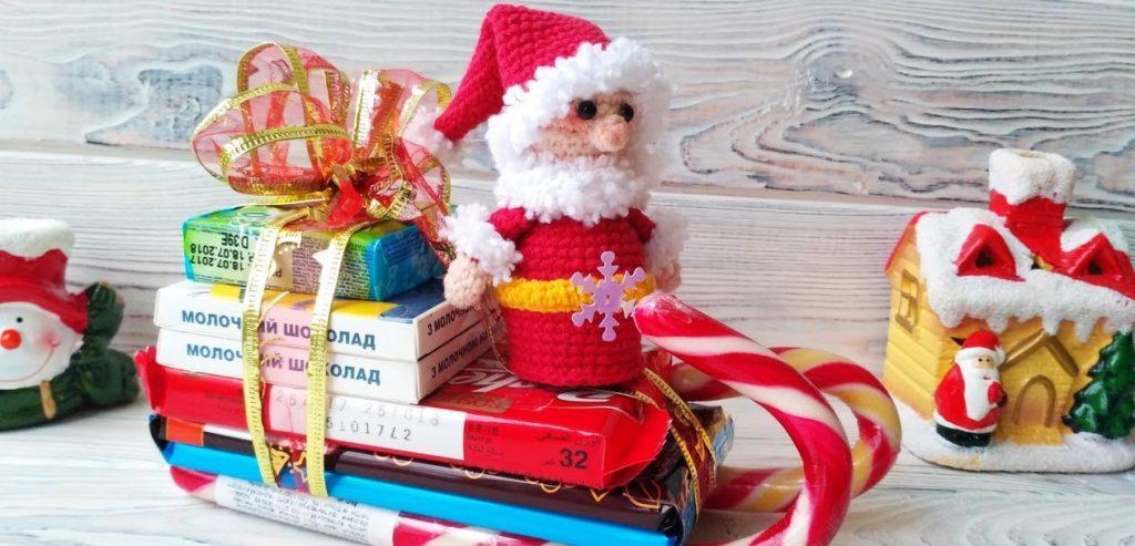 Сани из конфет и с игрушкой Деда Мороза