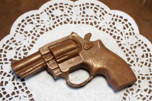 Шоколад в форме пистолета